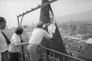 Bewohner der gegenüberliegenden Liegenschaft, Au der Mauer 11, schützen ihr Schindeldach mit Wassereimer vor dem Funkenflug