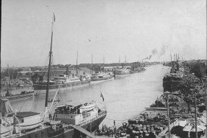 Anlegeplatz mit Dampfschiffen, Industriegebiet